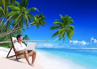 Le cliché du lifestyle du web entrepreneur : les palmiers, la plage, un transat et le PC !